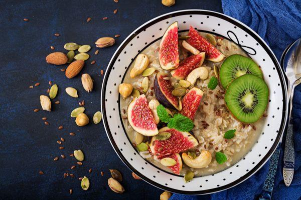 Köstlicher und gesunder Haferbrei mit Feigen, Nüssen, Kiwi und Samen. Gesundes Frühstück